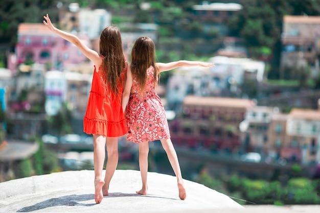 Adoráveis meninas em dia de verão quente e ensolarado na cidade de positano, na itália