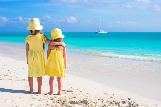 Adoráveis meninas nas férias de verão na praia