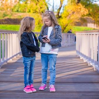 Adoráveis meninas no dia quente de outono ao ar livre