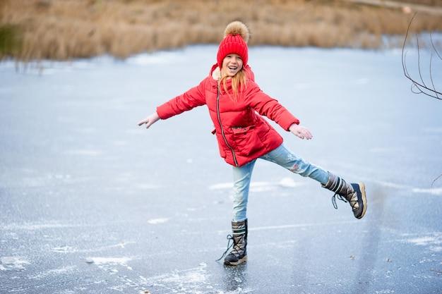 Adoráveis meninas patinando na pista de gelo