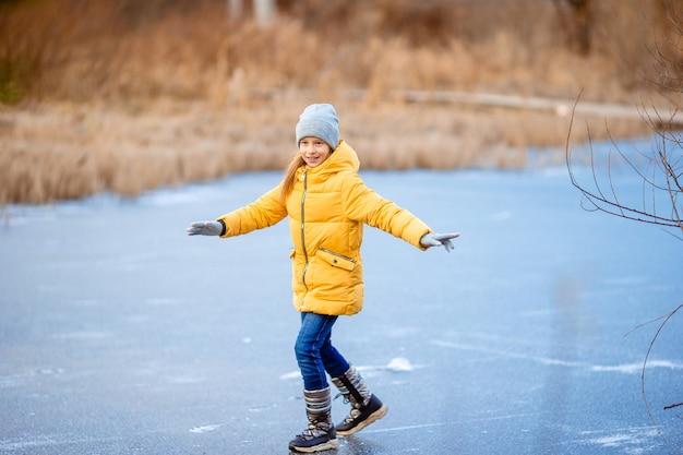 Adoráveis meninas patinando na pista de gelo Foto Premium