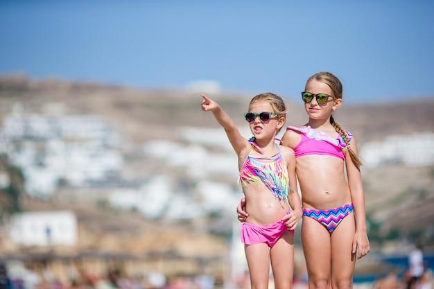 Adoráveis meninas se divertindo durante as férias de praia.