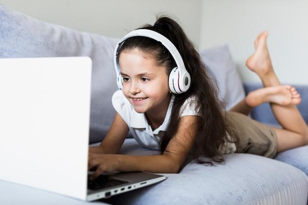 Adoráveis meninas usando seu laptop