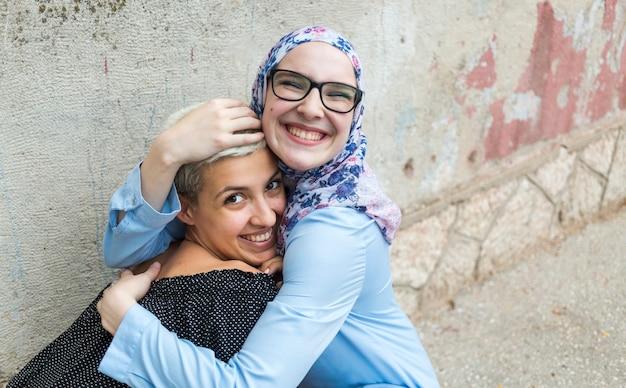 Adoráveis mulheres compartilhando um abraço