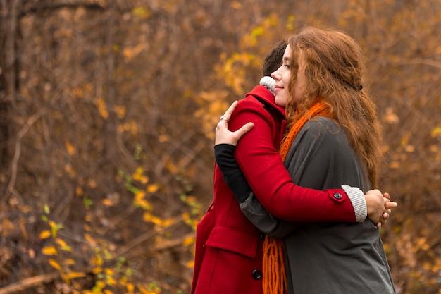 Adoráveis mulheres jovens, abraçando uns aos outros