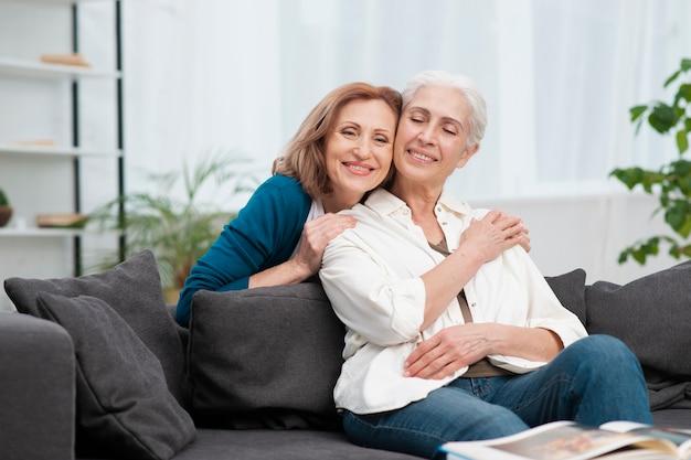 Adoráveis mulheres maduras comemorando amizade