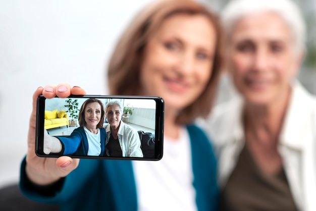 Adoráveis mulheres maduras tomando uma selfie