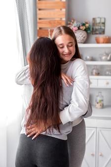 Adoráveis mulheres se abraçando