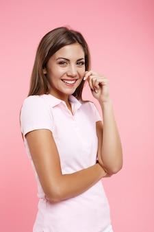 Adorável adolescente com roupa de esporte legal, olhando diretamente a sorrir