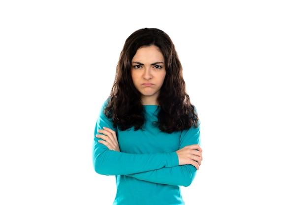 Adorável adolescente com suéter azul isolado em uma parede branca