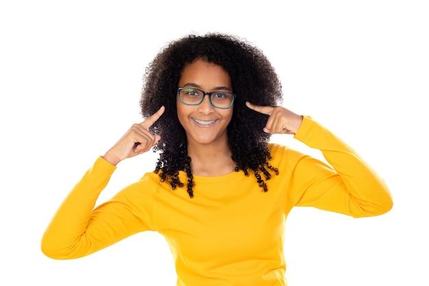 Adorável adolescente fazendo gestos isolados em uma parede branca