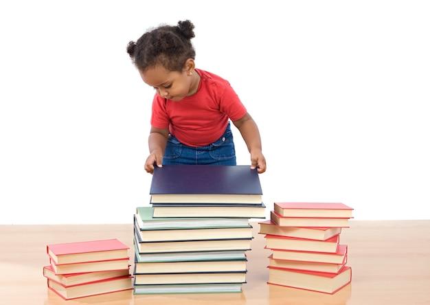 Adorável bebê africano encomendar muitos livros sobre um fundo branco