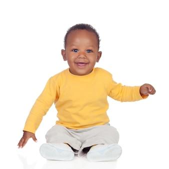 Adorável bebê africano sentado no chão