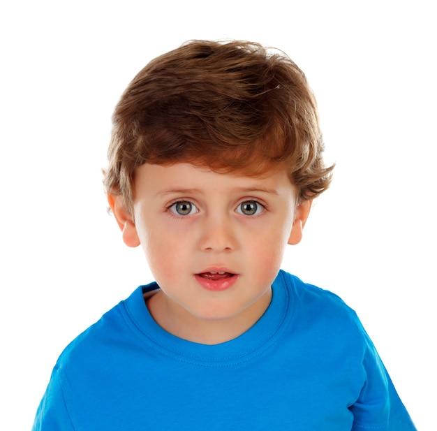Adorável bebê com cabelo loiro, olhando para a câmera