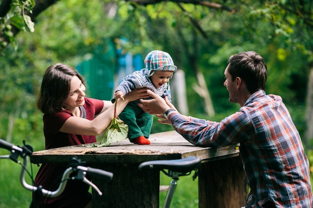 Adorável bebê com pais no parque