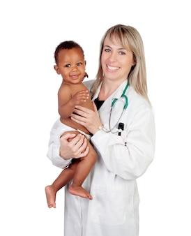 Adorável bebê com seu pediatra