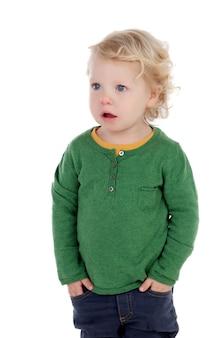 Adorável bebê loiro com as mãos nos bolsos