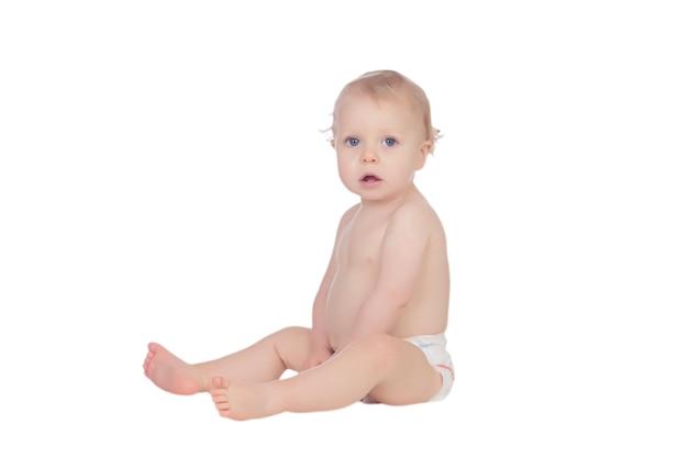 Adorável bebê loiro na fralda sentada no chão