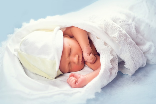 Adorável bebê recém-nascido dormindo na prateleira na cômoda
