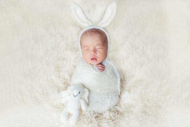 Adorável bebê recém-nascido dormindo no quarto aconchegante.