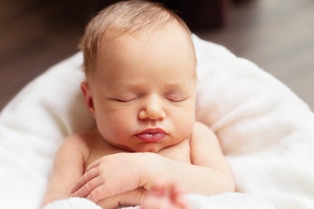 Adorável, bebê recém-nascido, menina, é, dormir, ligado, a, cobertor branco, cima, retrato