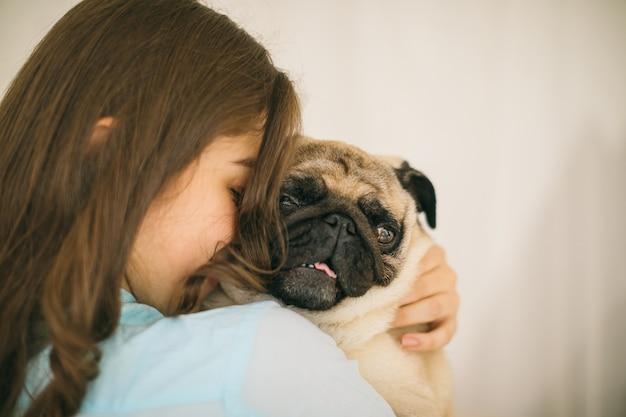 Adorável cachorro pequeno. amor e confiança humanos