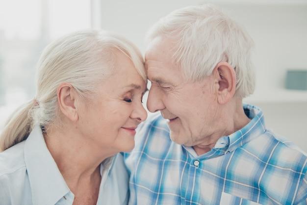 Adorável casal de idosos em casa