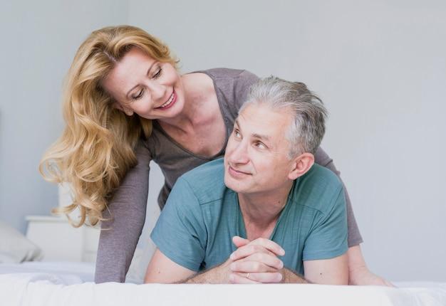 Adorável casal de idosos juntos dentro de casa