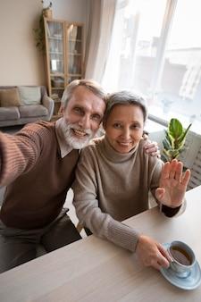 Adorável casal de idosos tirando uma selfie
