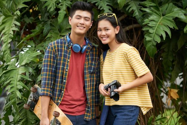 Adorável casal jovem