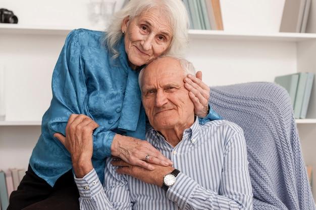 Adorável casal maduro no amor
