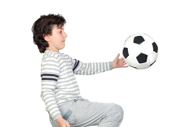 Adorável criança brincando com uma bola de futebol