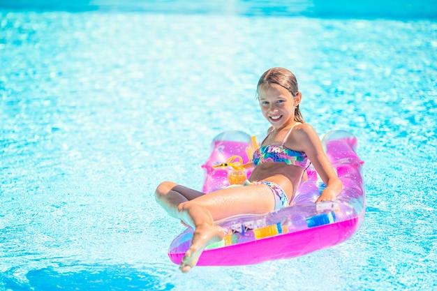 Adorável criança brincar na piscina ao ar livre