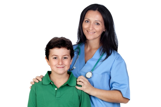Adorável criança com uma mulher pediatra isolada no fundo branco
