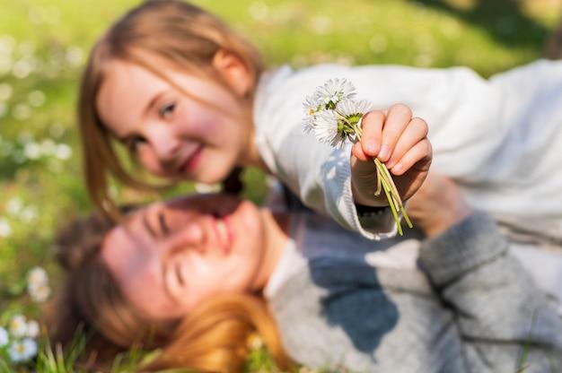 Adorável criança segurando flores