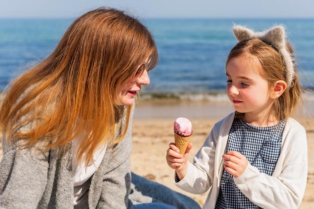 Adorável criança segurando sorvete
