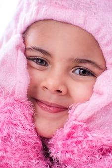 Adorável criança vestindo traje de fantasia