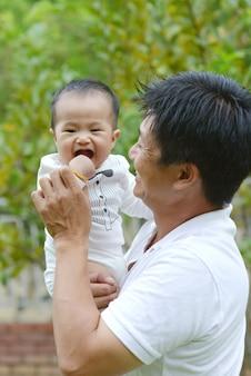 Adorável família asiática