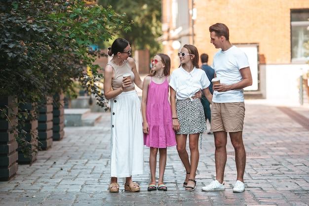 Adorável família de quatro pessoas na cidade em um lindo dia de primavera