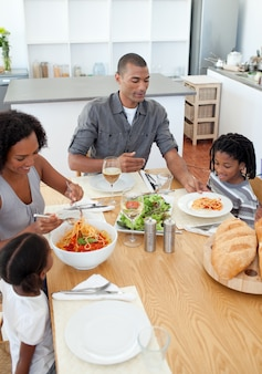 Adorável família jantar juntos