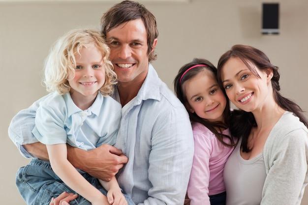 Adorável família posando juntos