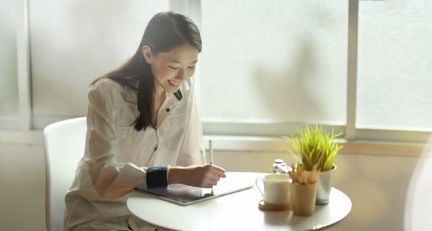 Adorável freelancer jovem desenho em tablet