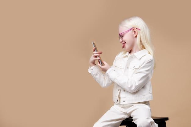 Adorável garota albina com aparência charmosa tirar foto no celular