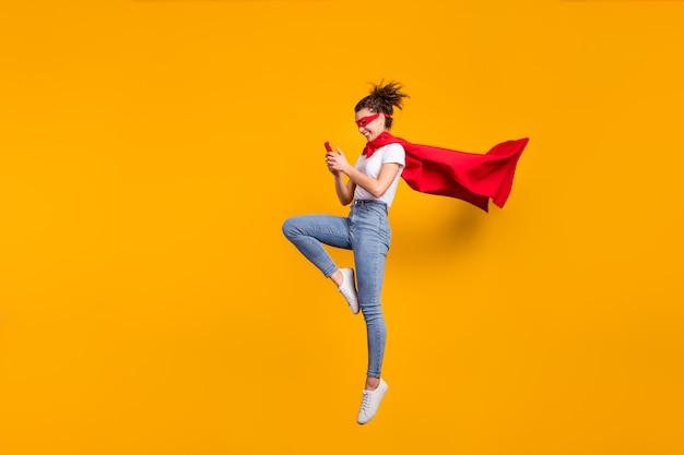 Adorável garota alegre focada pulando