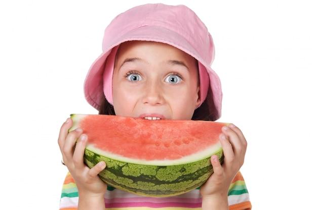 Adorável garota comendo melancia um sobre fundo branco
