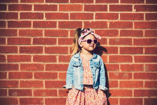 Adorável garota fashionista posando