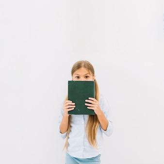 Adorável garota feliz posando com um livro