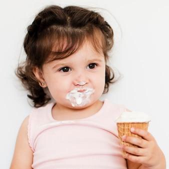 Adorável garota tomando sorvete