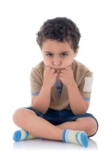 Adorável garotinho triste