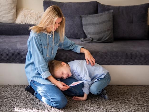 Adorável garoto brincando com sua mãe